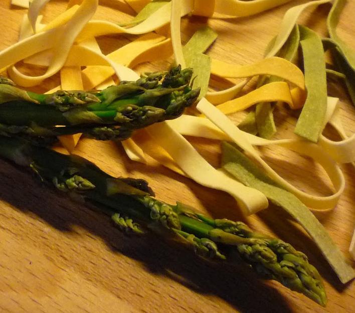 Jak zrobić makaron z kurczakiem i szparagami