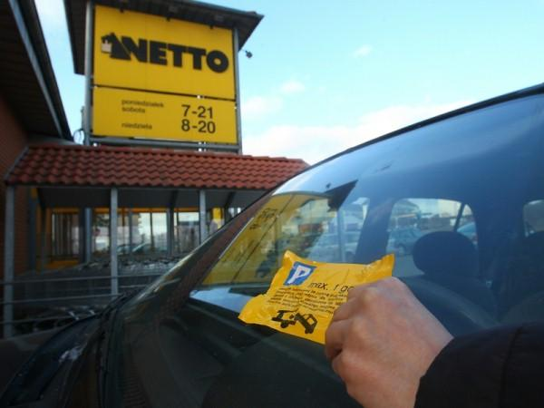 Jak usunąć naklejki z okien samochodu