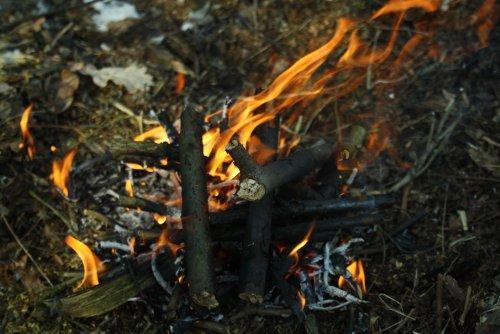 Jak rozpalić ogień w różnych warunkach