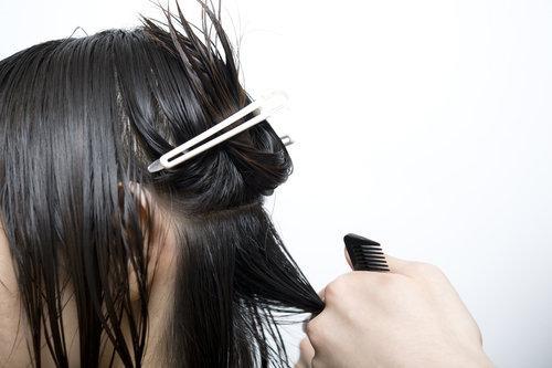 Jak wyprostować włosy przy pomocy suszarki
