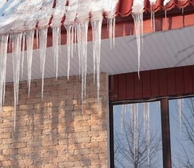 Jak usunąć sople lodowe z dachu