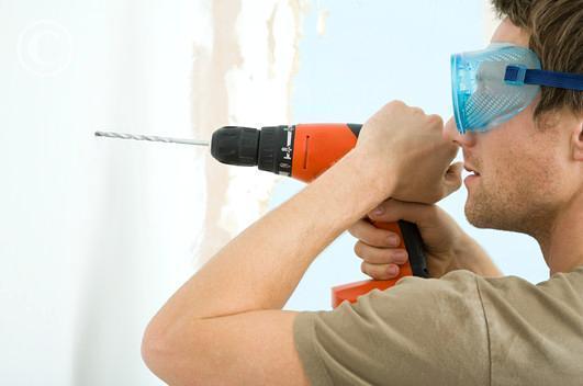 Jak postępować w przypadku gdy przewiercimy w ścianie przewód elektryczny