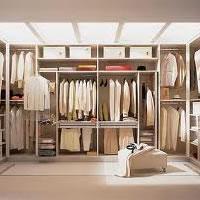 Jak uporządkować garderobę i utrzymać porządek w szafie?